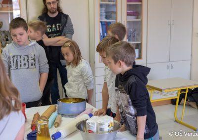 Peka prazničnih piškotov in izdelava novoletnih okraskov - OŠ Veržej 10