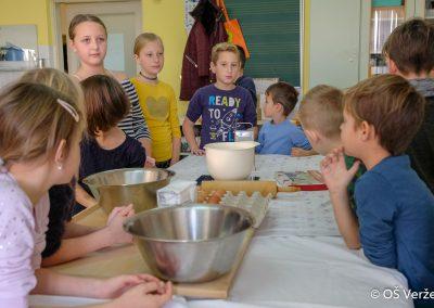 Peka prazničnih piškotov in izdelava novoletnih okraskov - OŠ Veržej 13