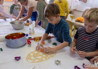 Peka prazničnih piškotov in izdelava novoletnih okraskov - OŠ Veržej 77
