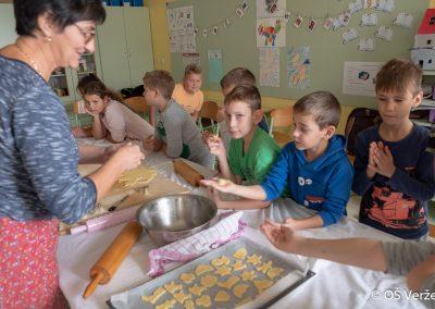 Peka prazničnih piškotov in izdelava novoletnih okraskov - OŠ Veržej 91