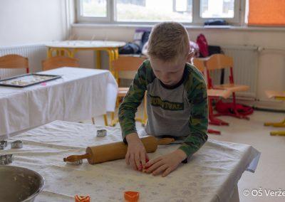 Peka prazničnih piškotov in izdelava novoletnih okraskov - OŠ Veržej 93